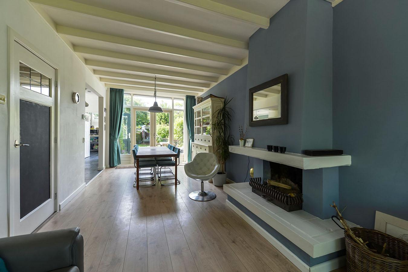 stijlvolle historische woonkamer met plafondbalken