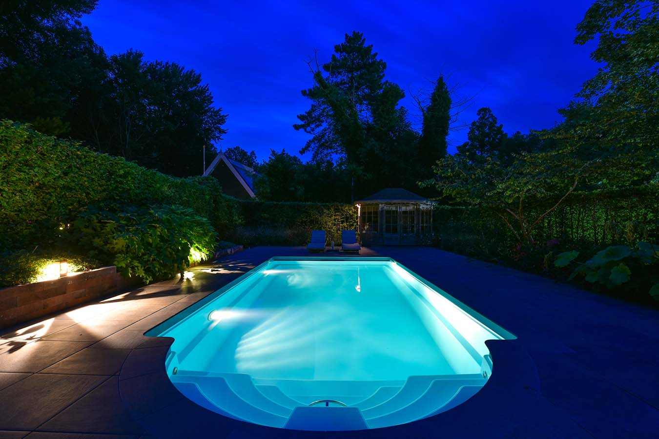 nachtfoto van zwembad