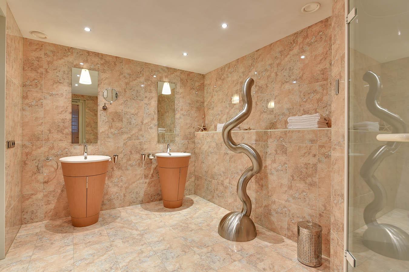 lelijke moderne kunst in badkamer