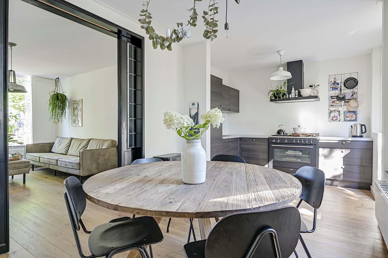 foto eettafel in een woonkeuken
