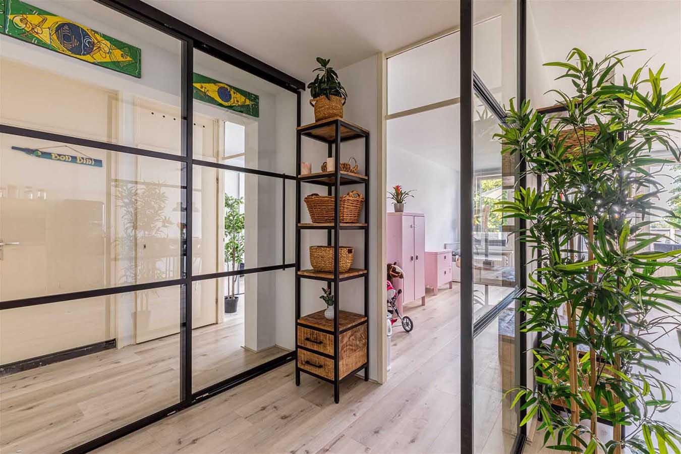 stalen deuren (zwart) met groene planten