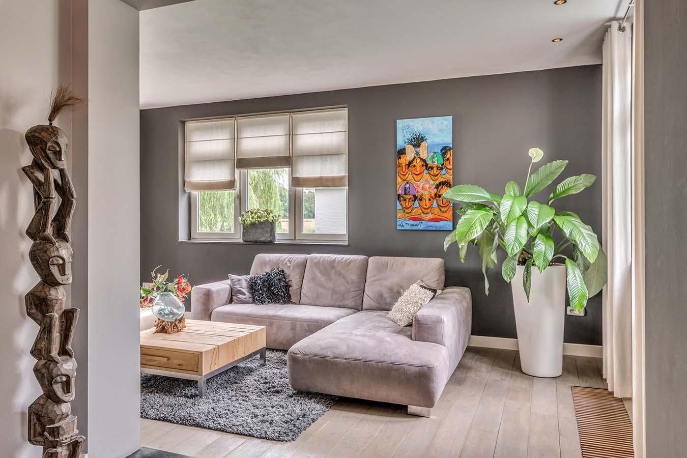 Een woonkamer met zachte kleurtinten