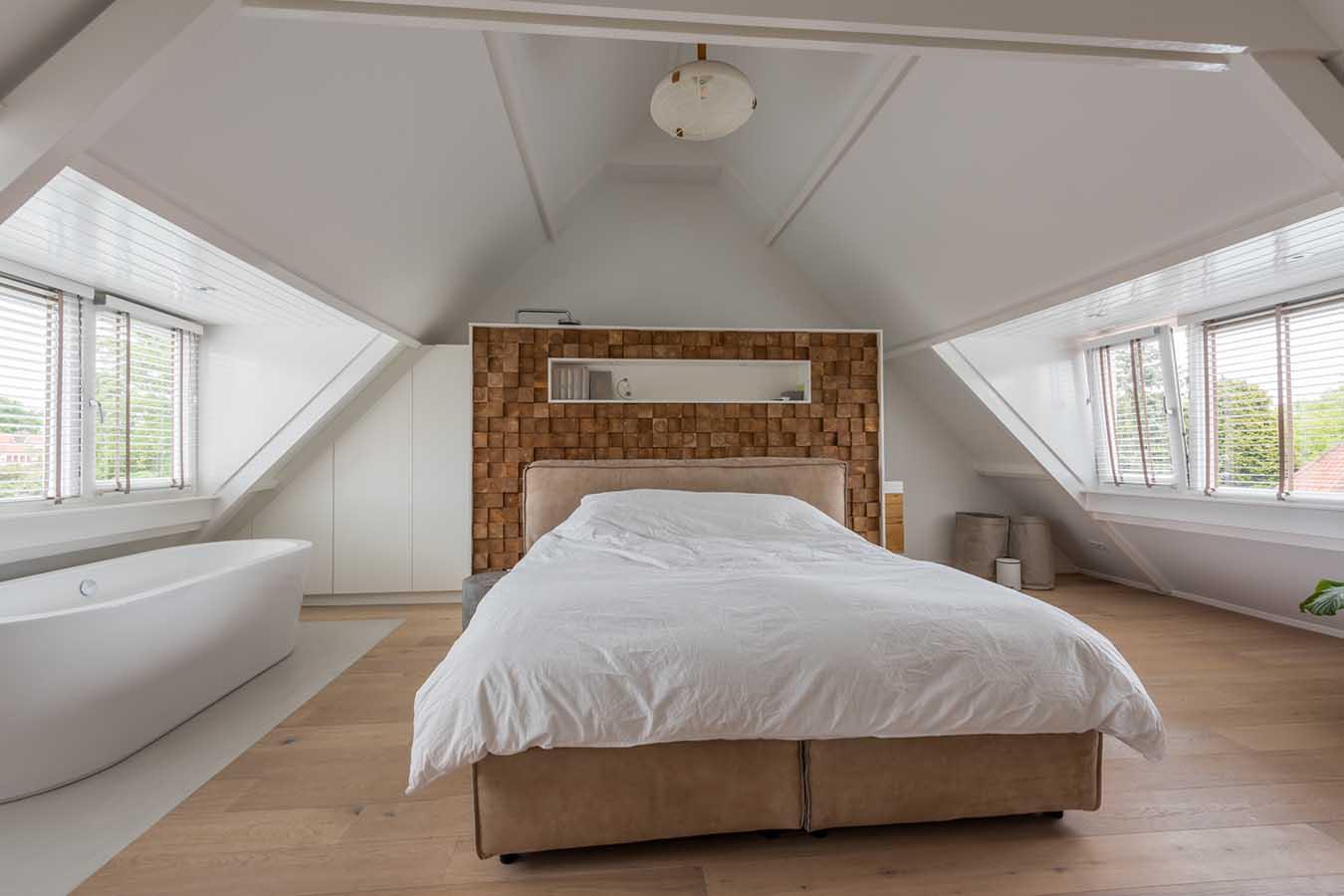 slaapkamer met een vrijstaand bad