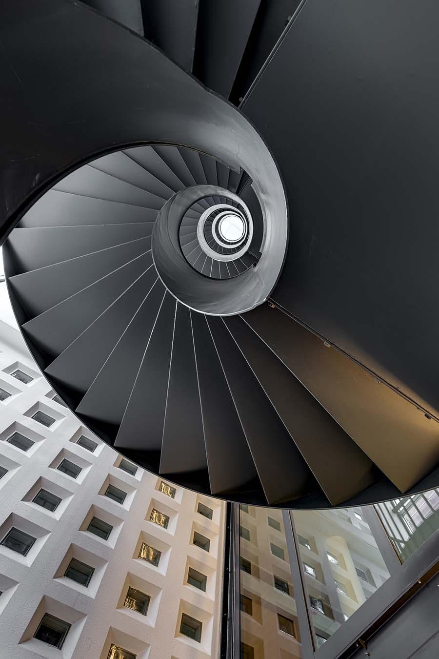 architectuurfoto van een trappenhuis