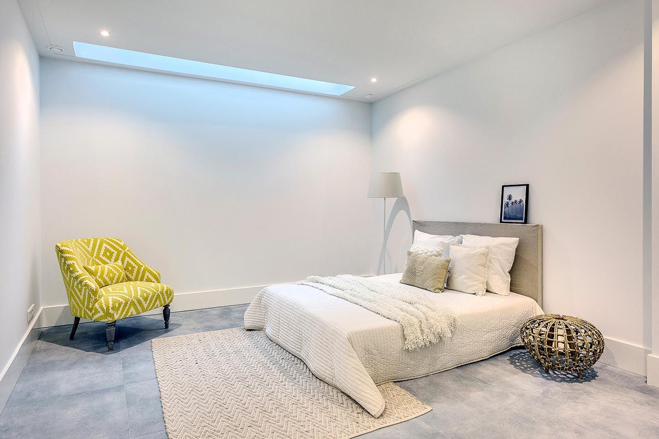 ruime slaapkamer met lichtinval vanuit het dak