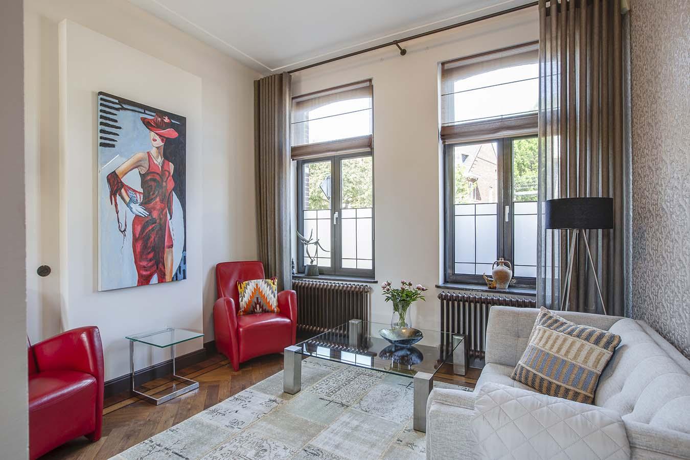 woonkamer met bank en losse stoelen