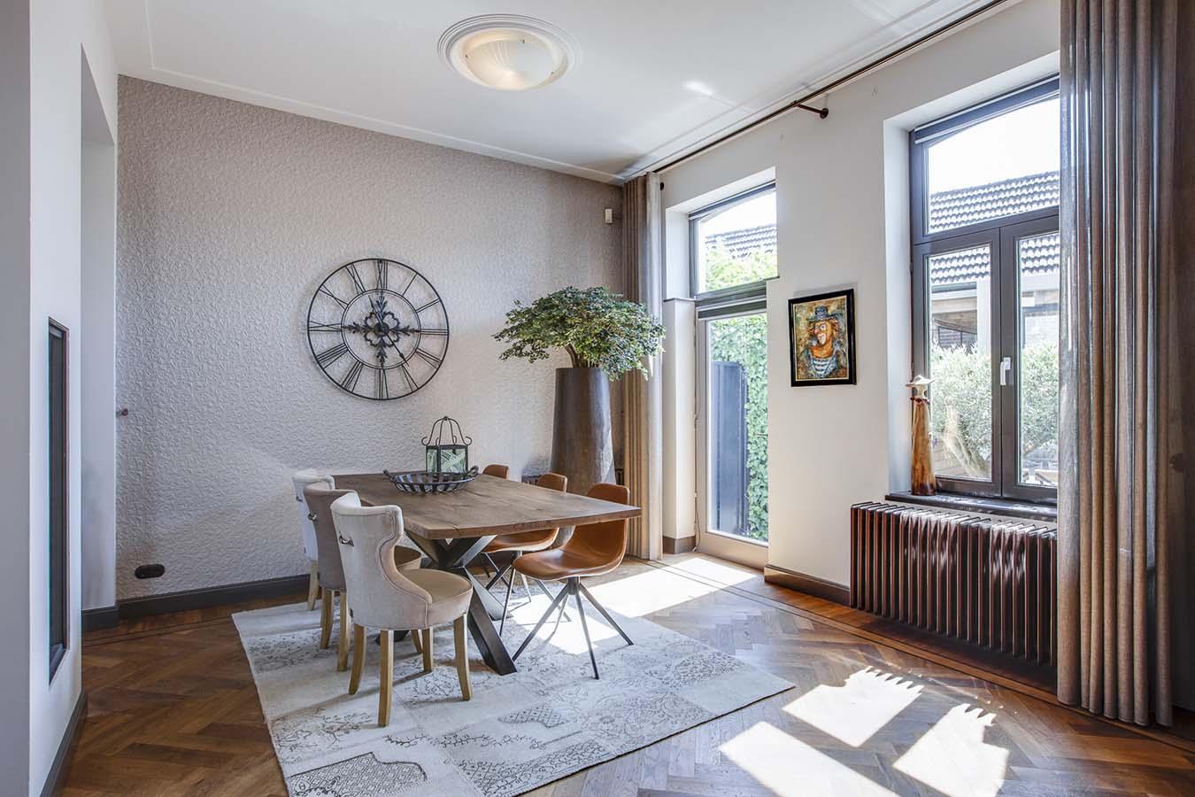 spinpoottafel met houten blad in een ruime woonkamer
