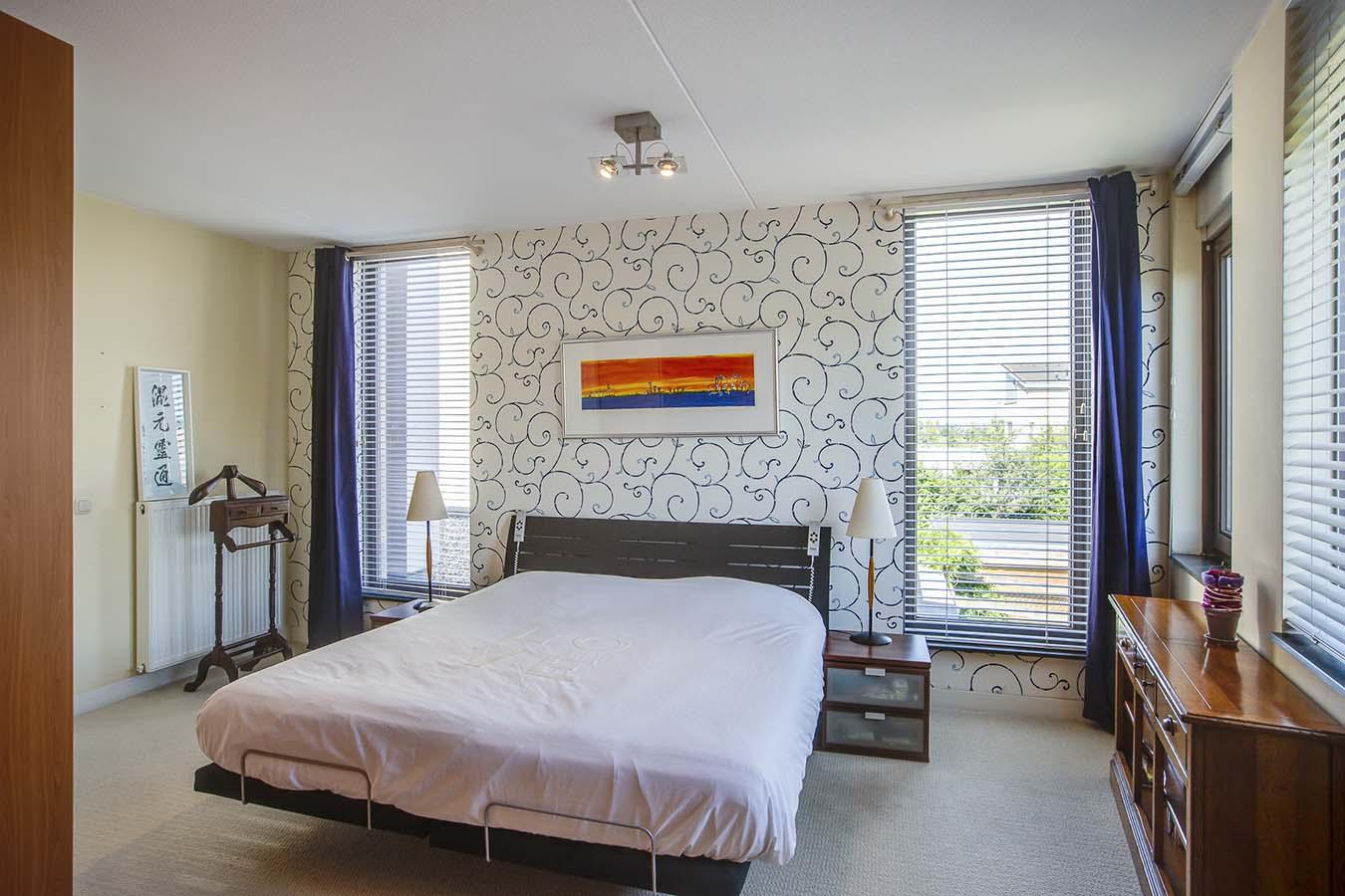 tweepersoonsbed in een slaapkamer