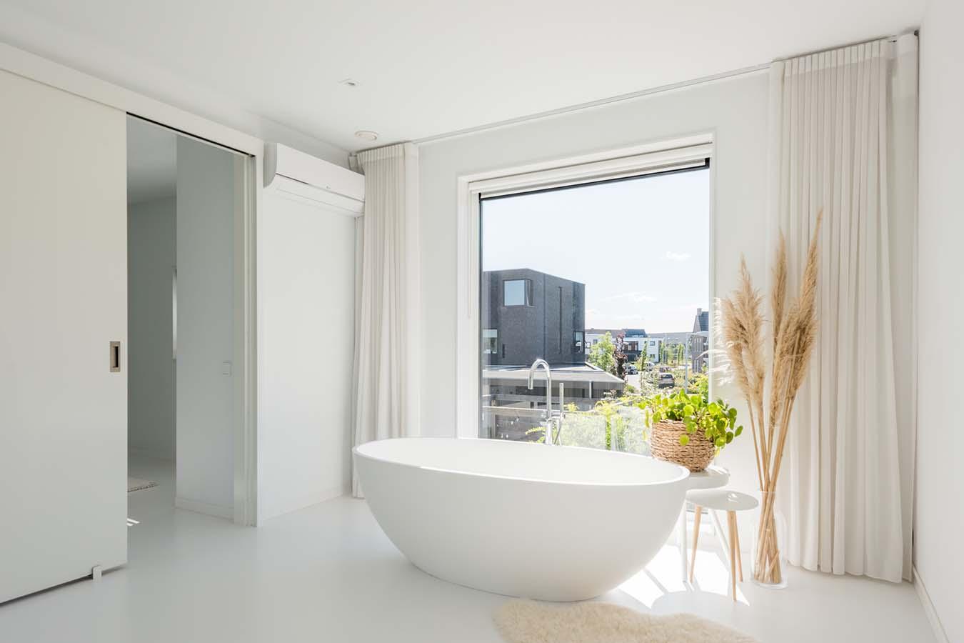 vrijstaand bad in lichte woning
