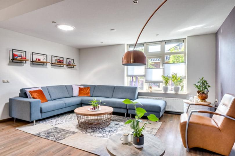 woonkamer met groene plantjes en details