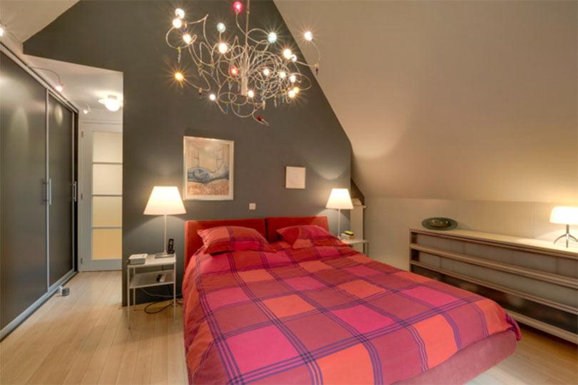slaapkamer met een hoog plafond