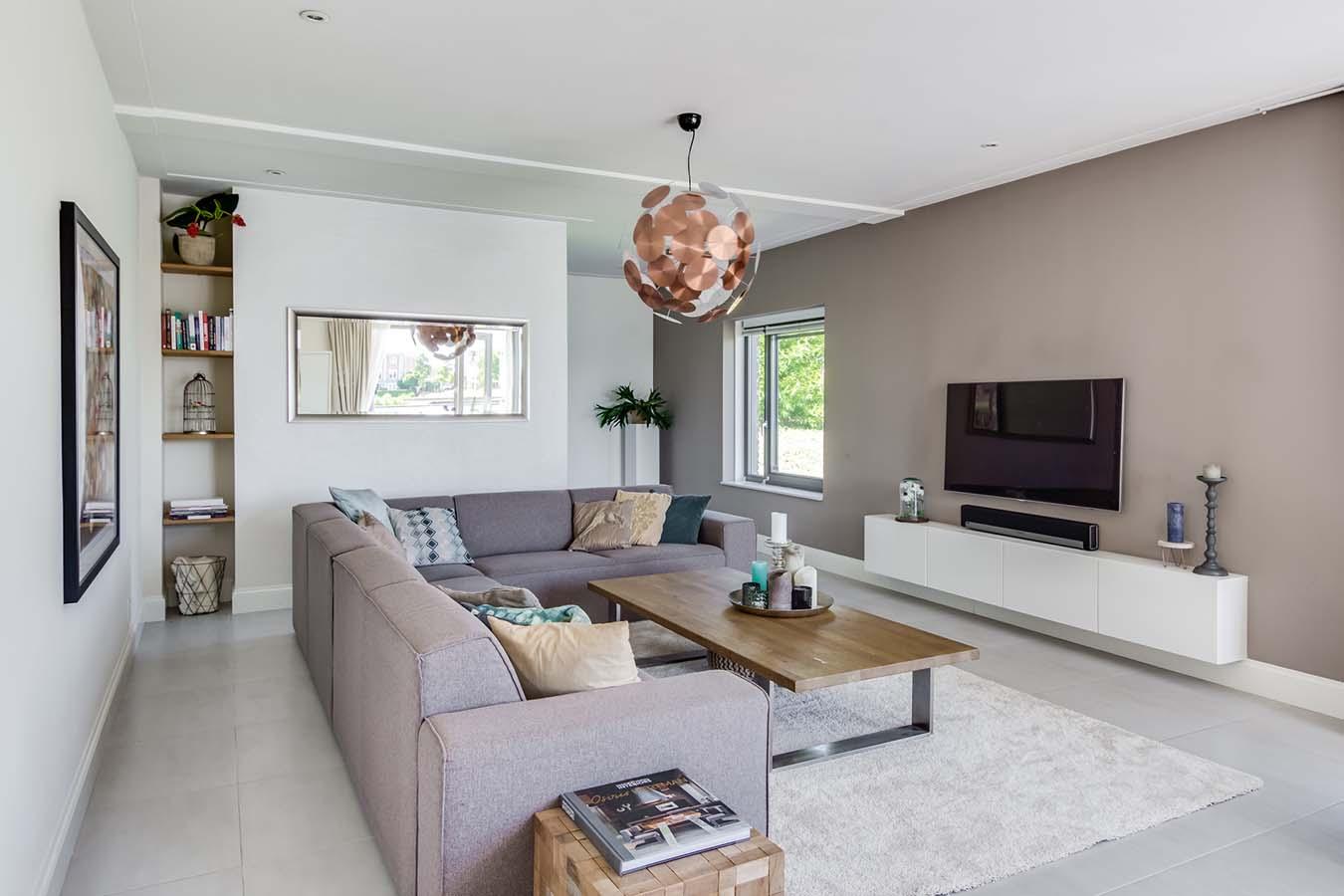 strakke woonkamer met een grote televisie