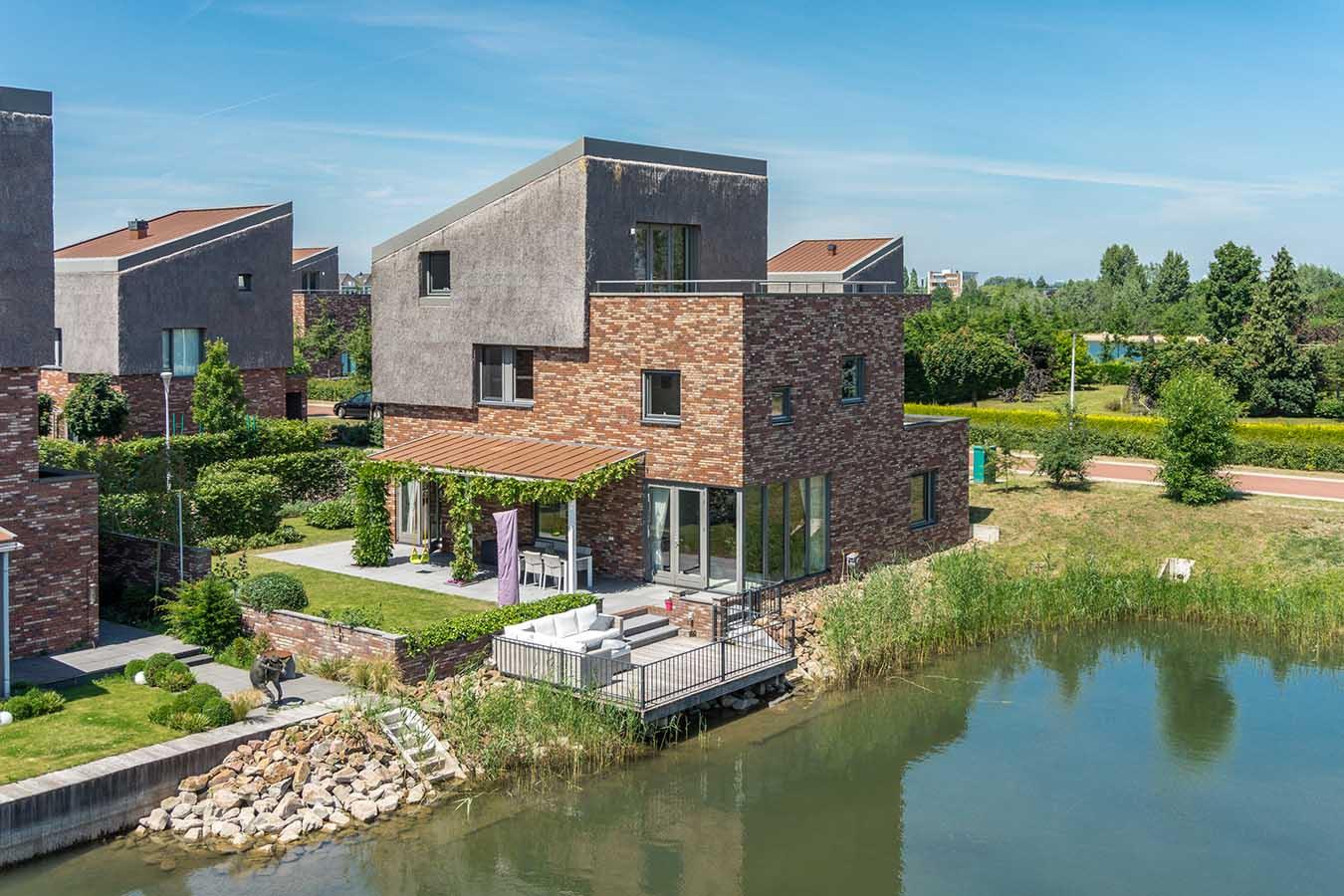 moderne en abstracte woning aan het water