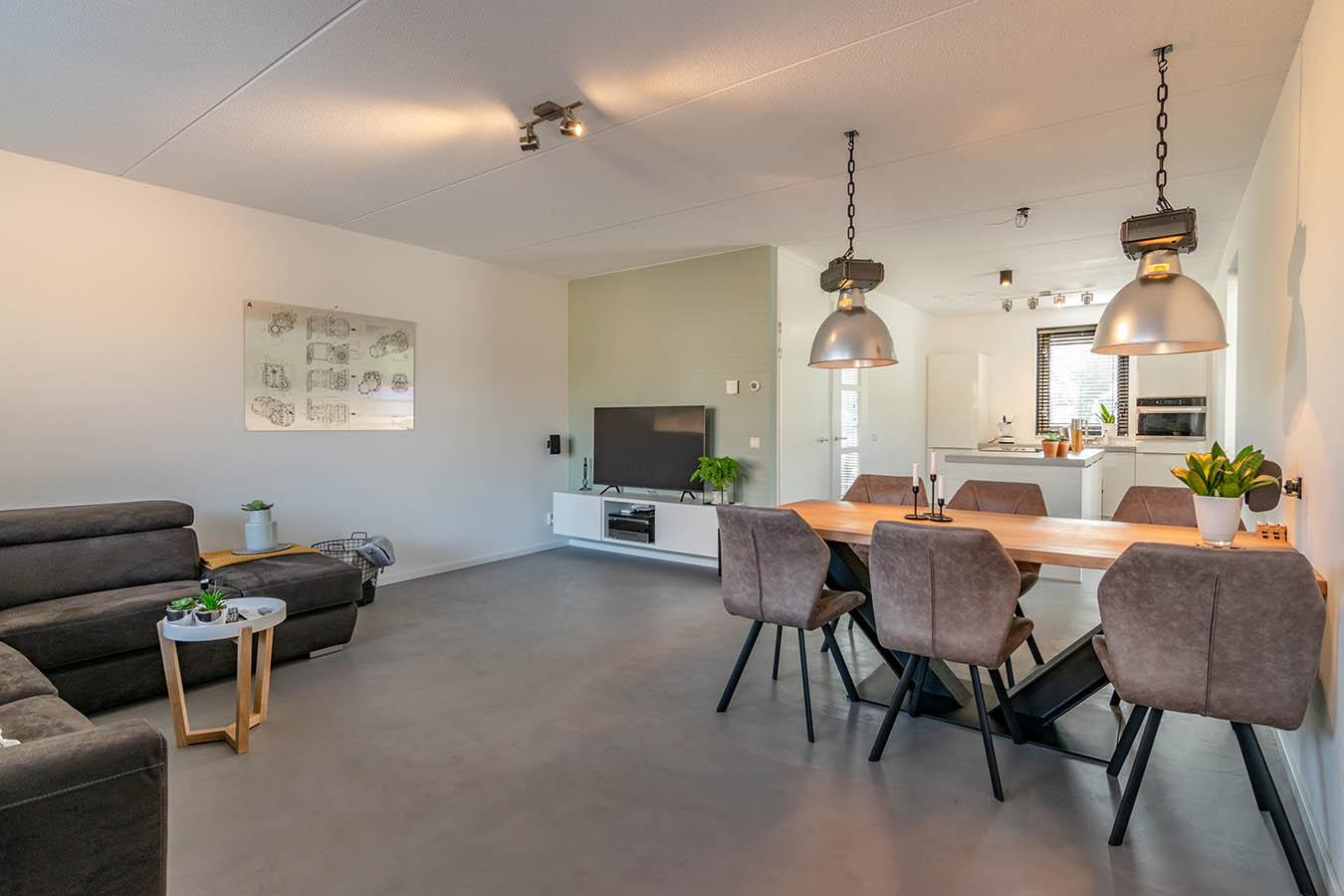 moderne woonkamer met boomstamtafel