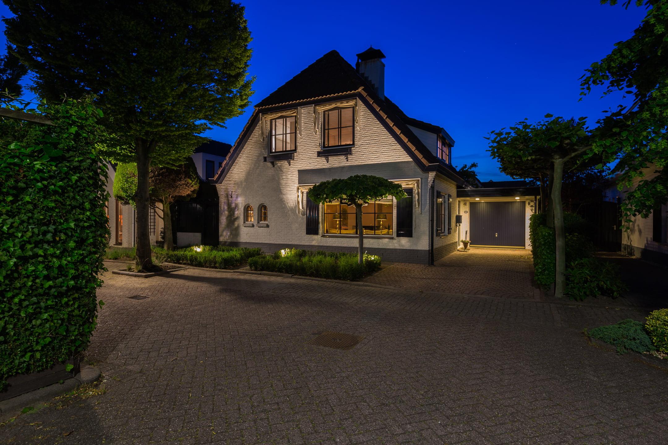 gevelfoto van een woning in de avond