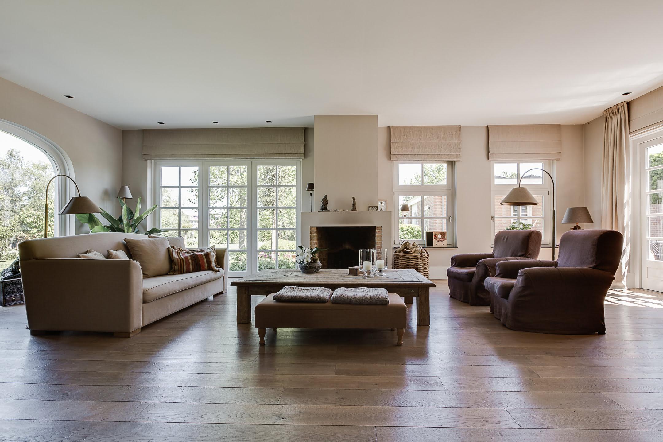 ruime woonkamer met veel lichtinval