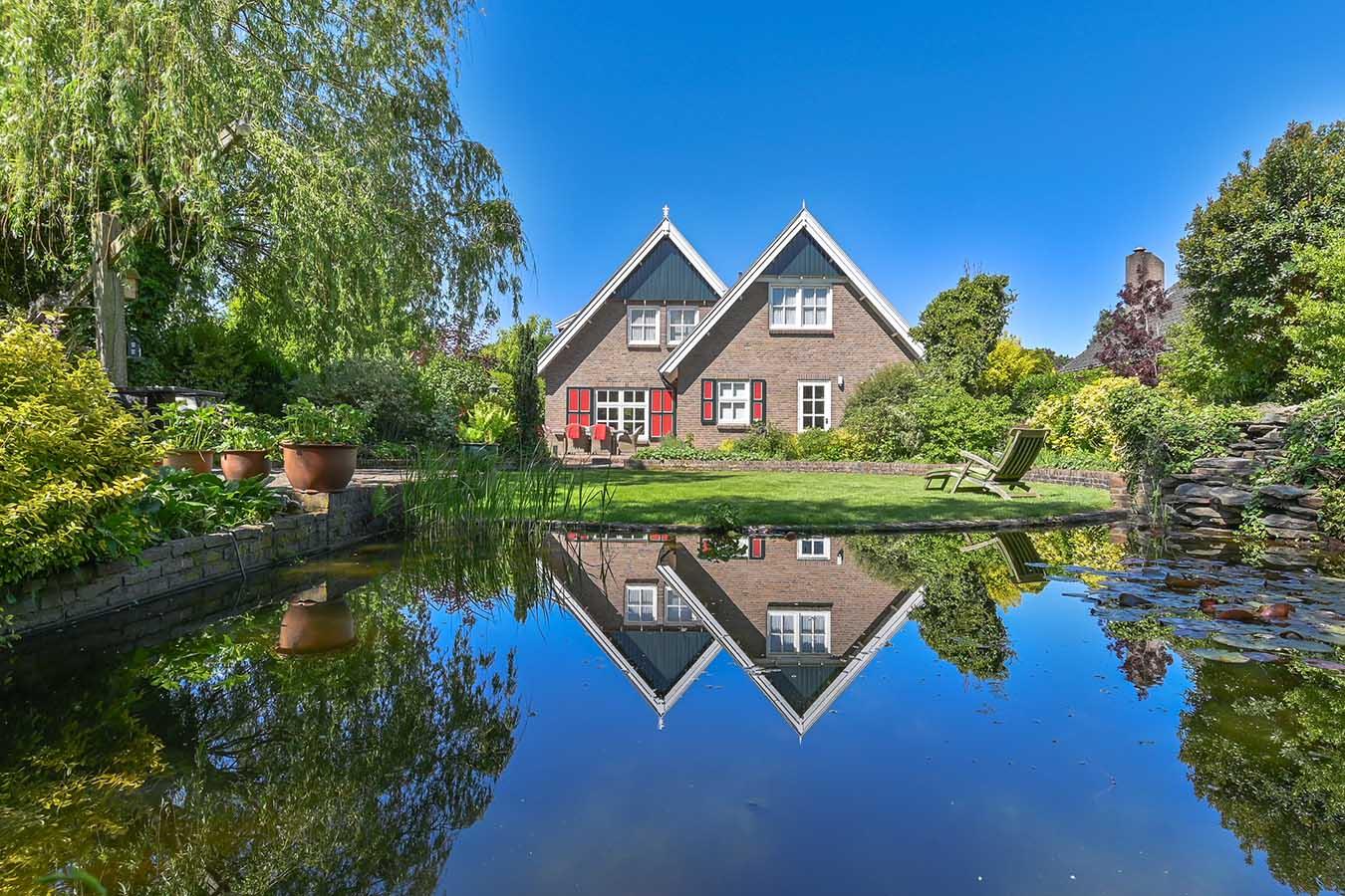 huizen in de weerspiegeling van het water