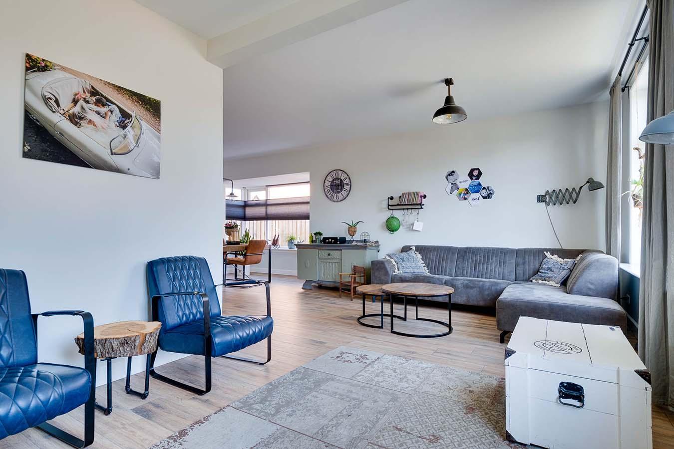 woonkamer met design stoelen