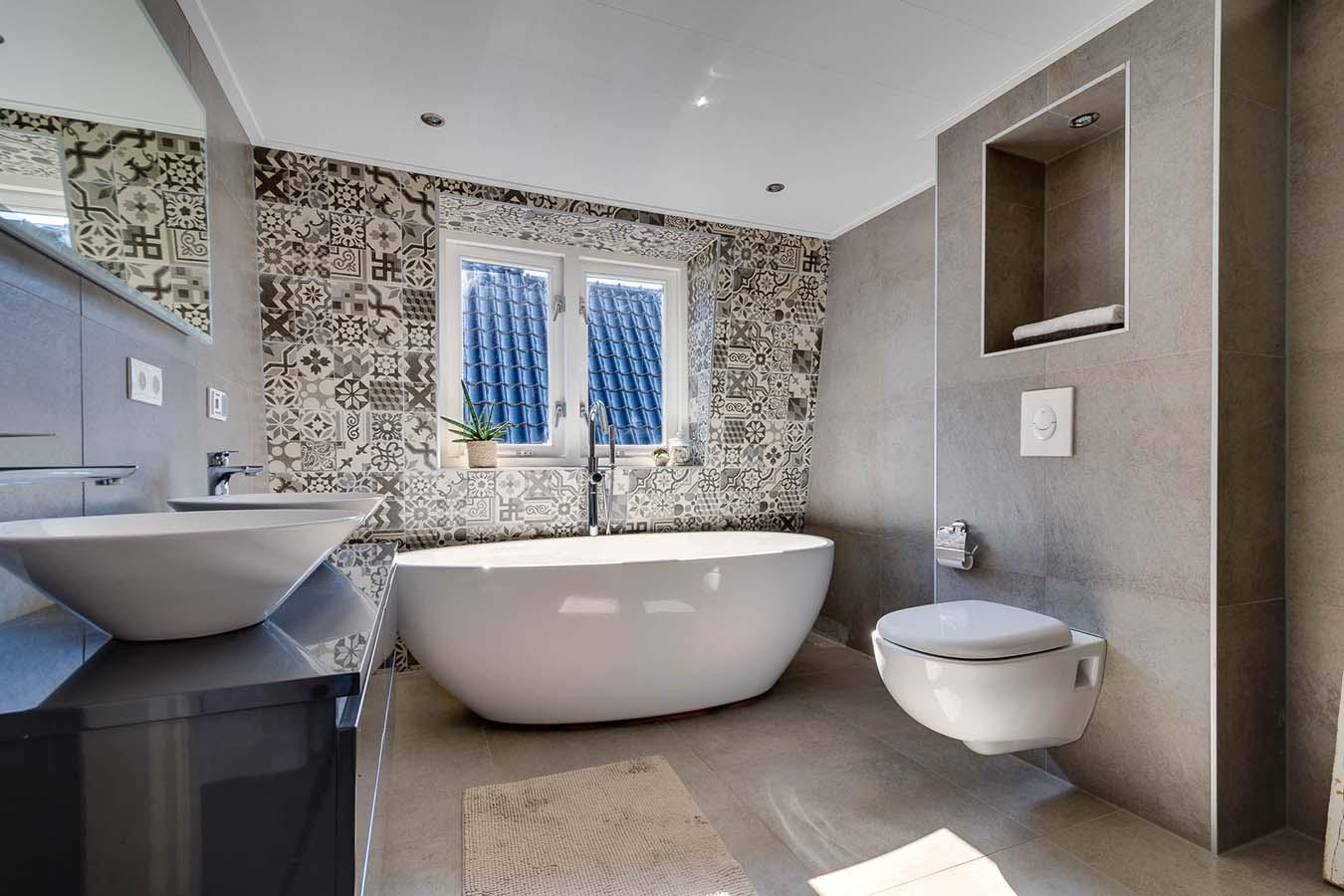 chique badkamer met portugese tegels