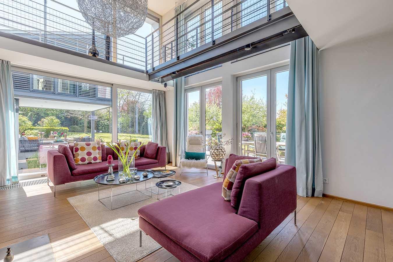 grote woonkamer met hoog plafond en vide
