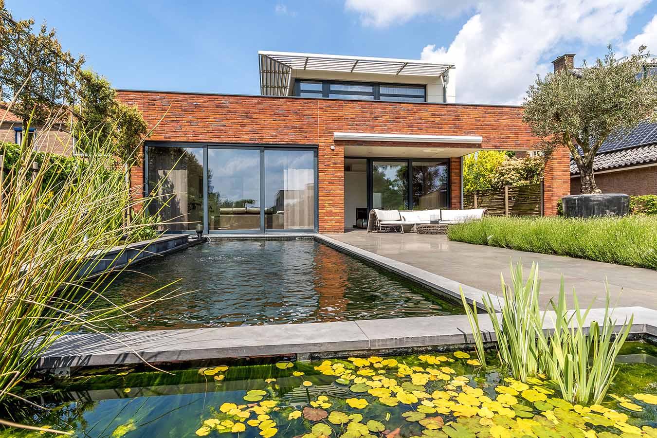 moderne villa met zwembad en vijver