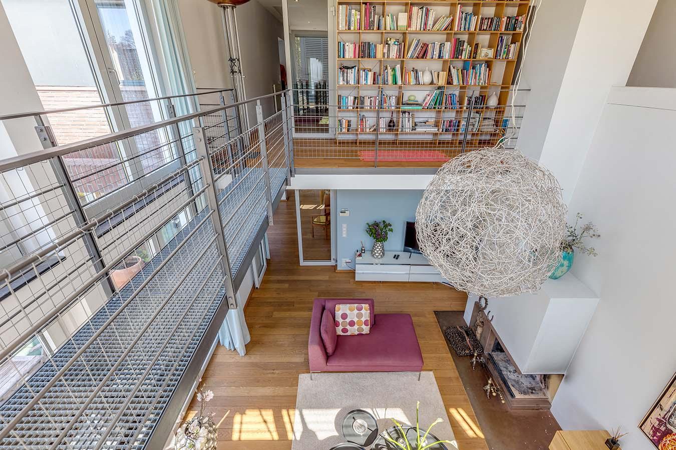 uitzicht vanaf een loopbrug in de woonkamer