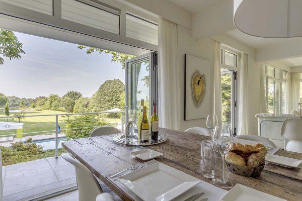 uitzicht vanuit een villa op de grote tuin
