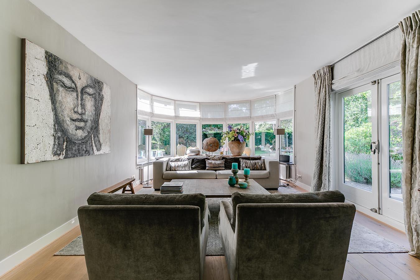 grootse woonkamer met ronde pui