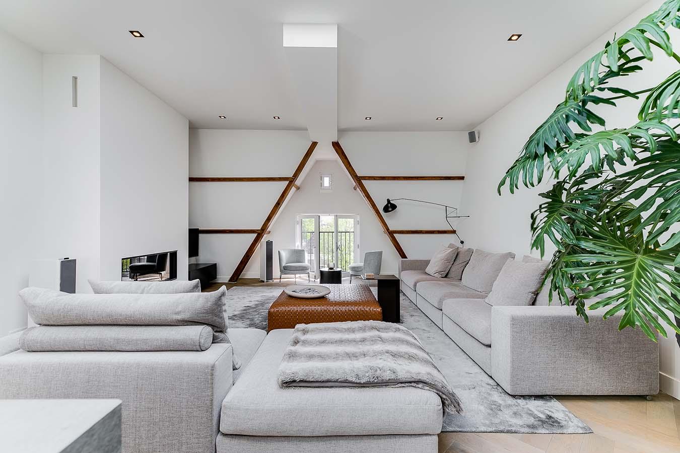woonkamer met een driehoekig raam