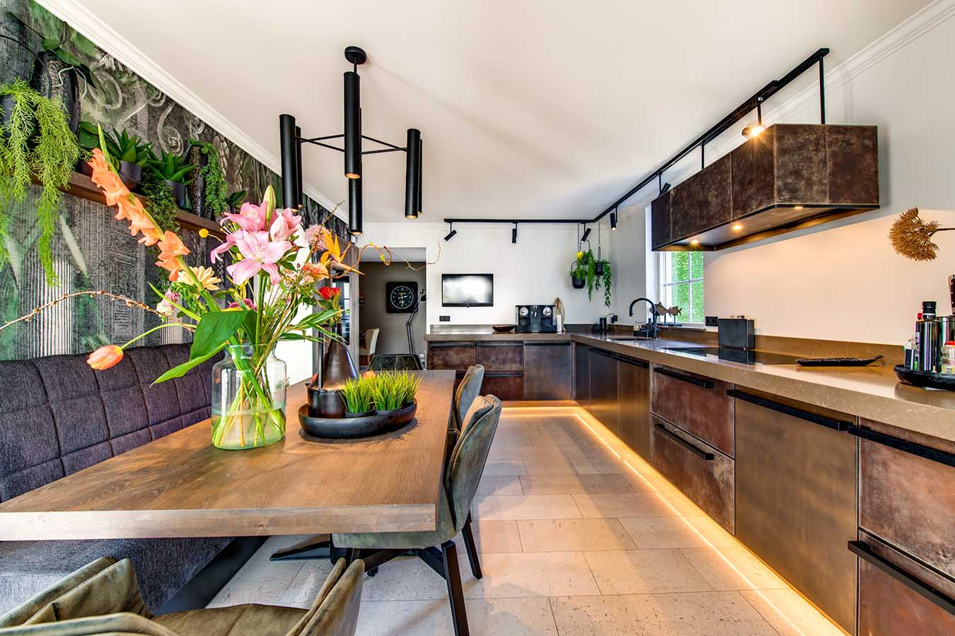 abstracte keuken met ledstrips en industriele looks