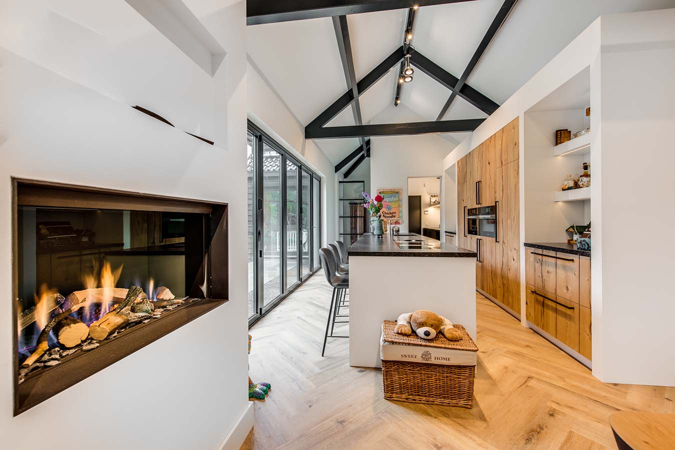 woonkeuken met hoog plafond en kookeiland