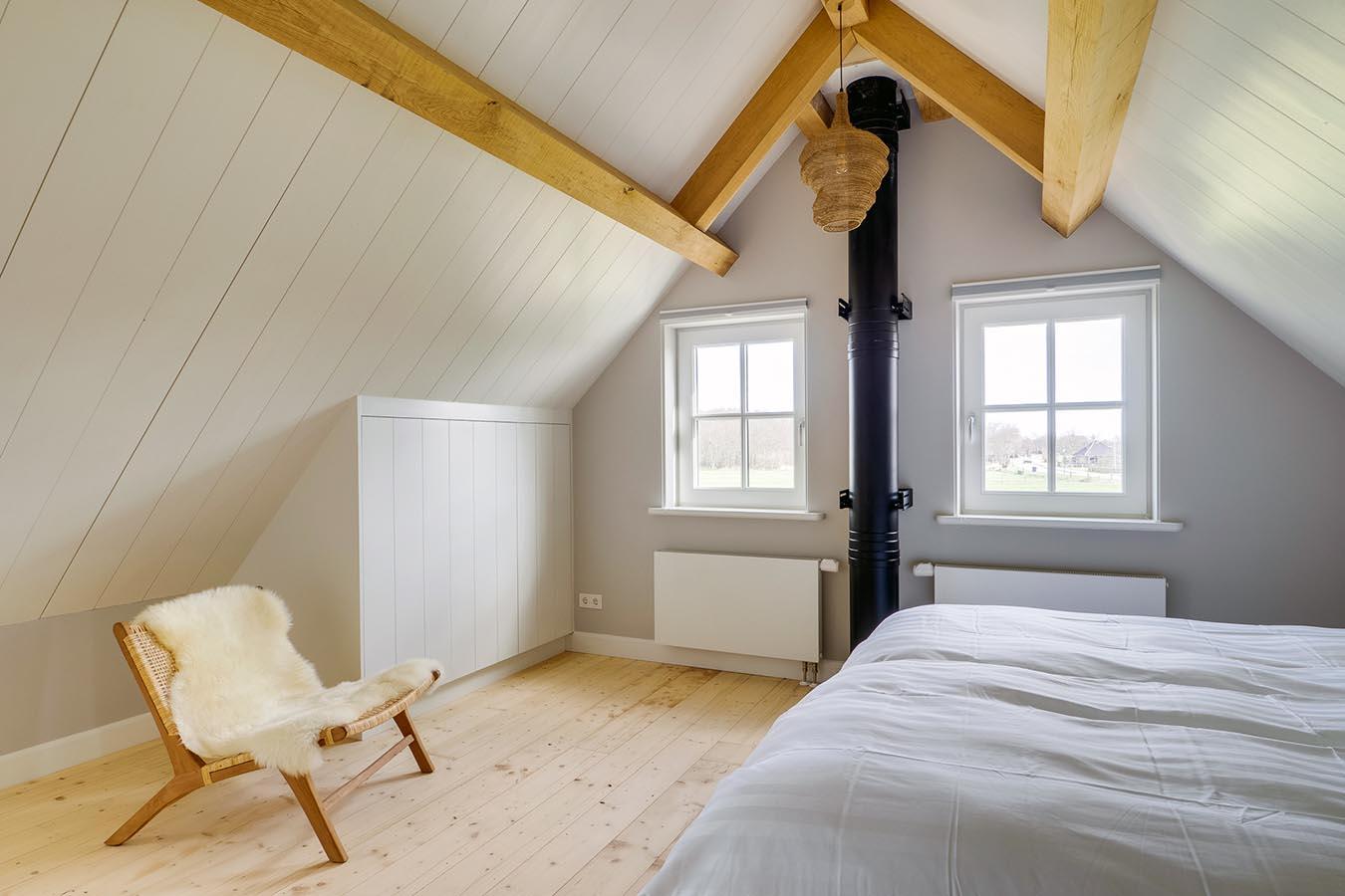 slaapkamer met hoog plafond