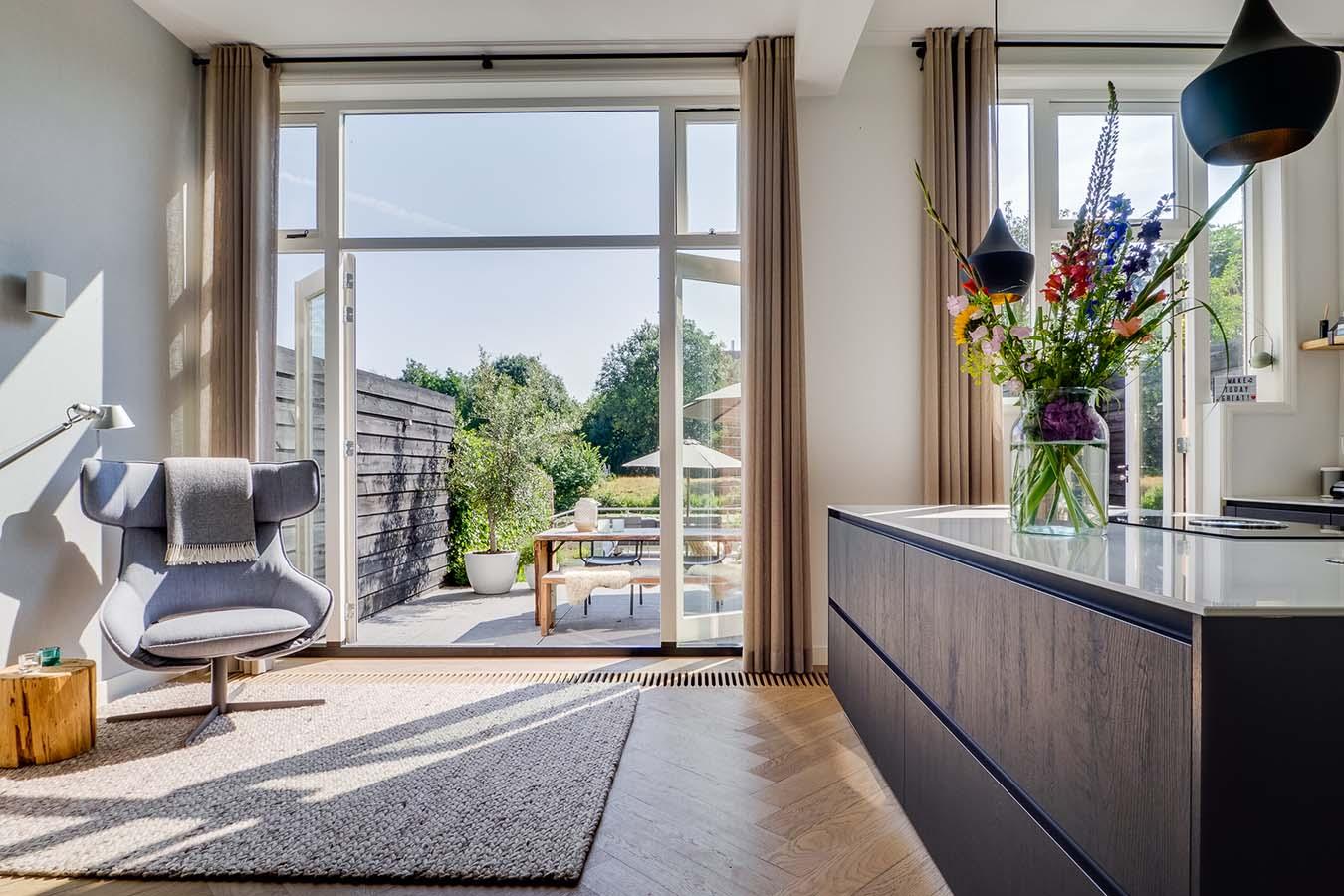 woonkeuken met openstaande deuren naar de tuin