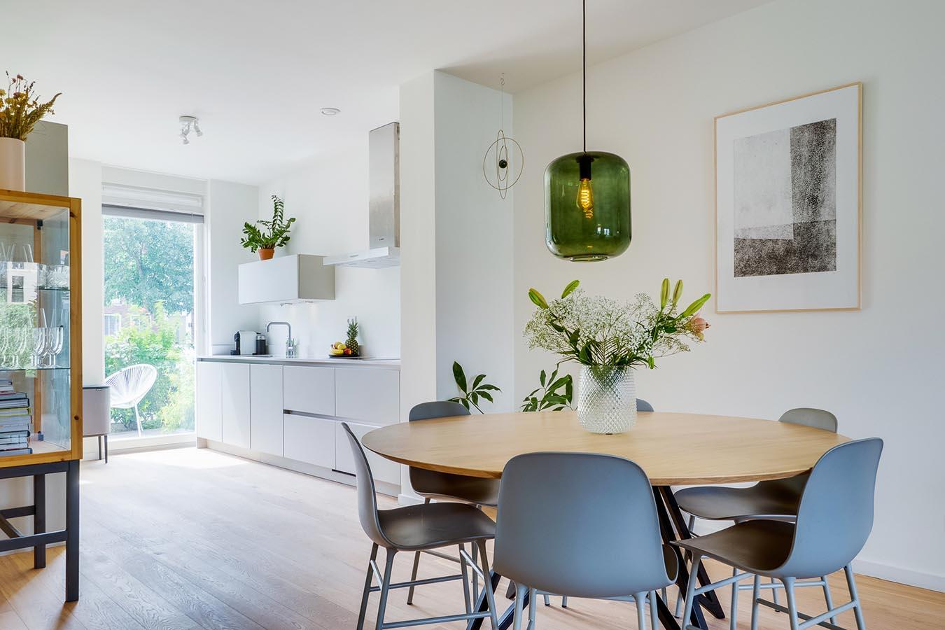ronde tafel met ruime woonkamer