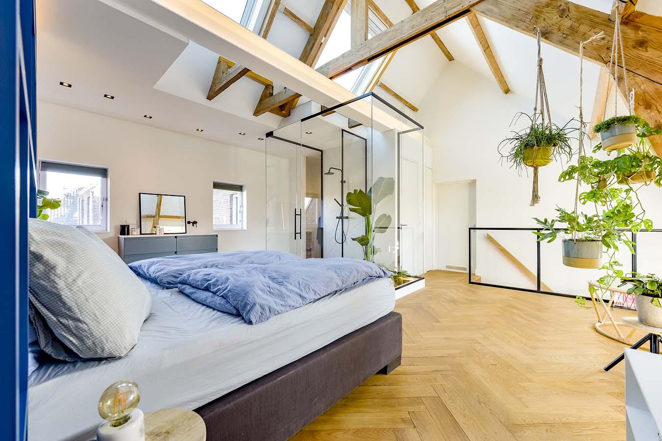 dakwoning met hoog plafond en houten balken