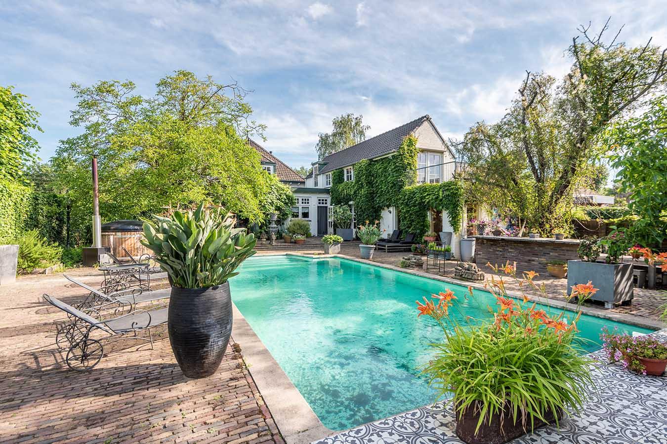 prachtig zwembad achter in een grote tuin