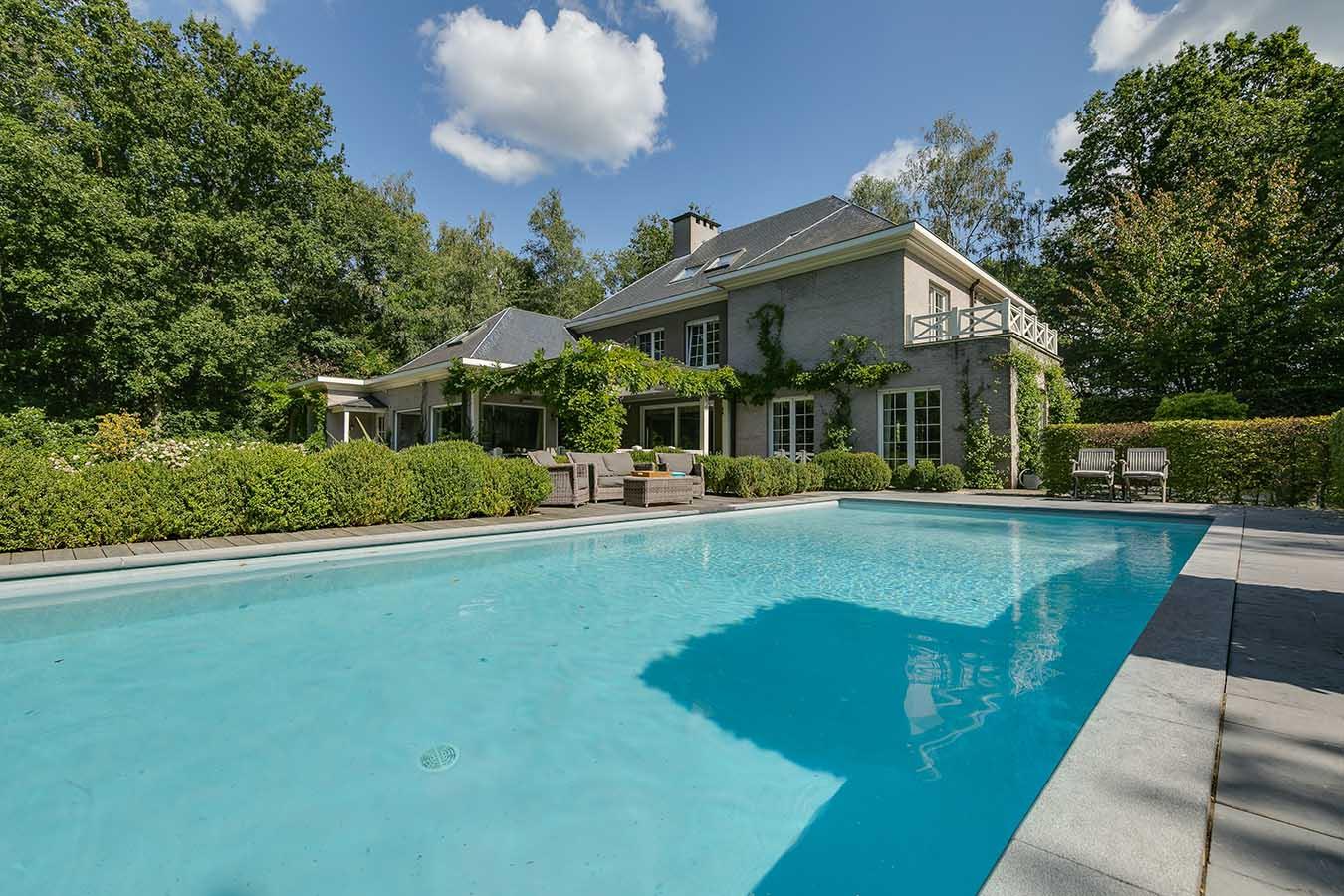 zwembad naast een woning