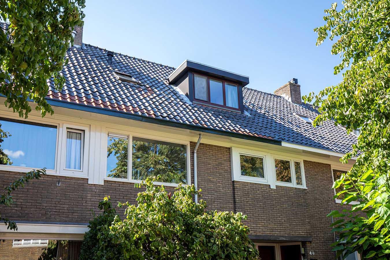 gevelfoto van een woning met een dakkapel