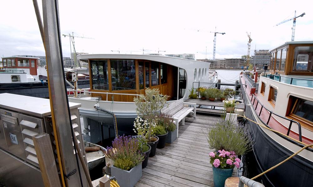 Wonen in een grote woonboot te amsterdam